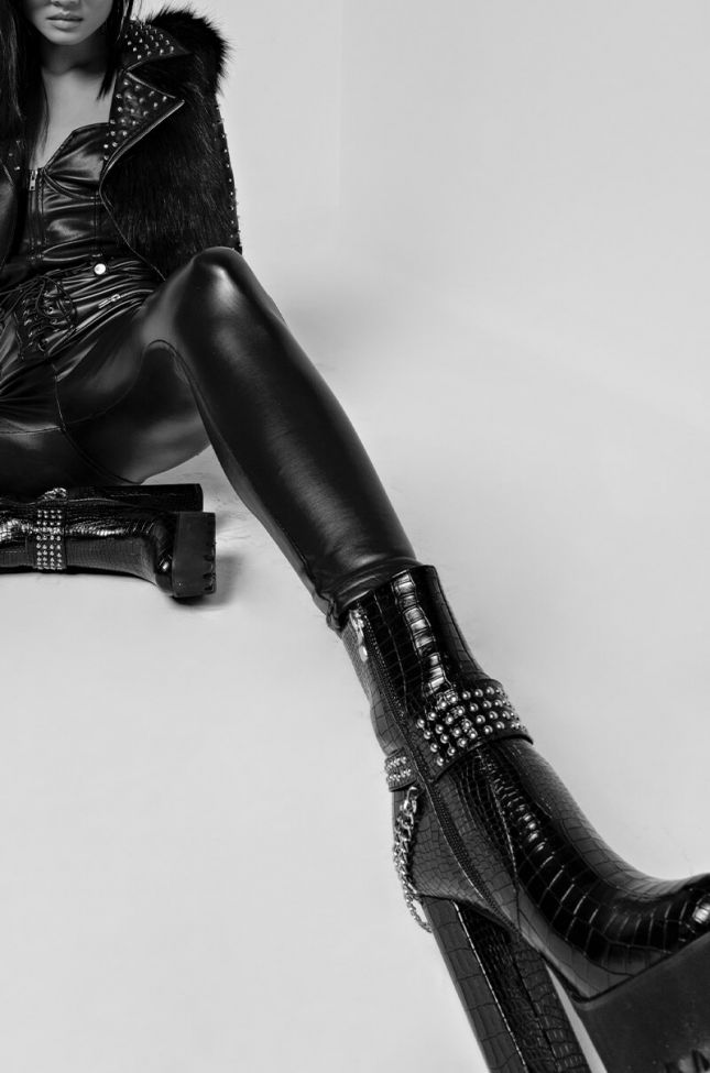 AZALEA WANG CUT TO THE CHASE CHUNKY HEEL BOOTIE IN BLACK