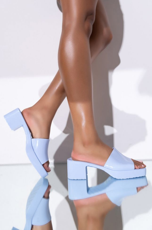 Front View Azalea Wang Im Movin To The City Chunky Sandal In Blue in Blue