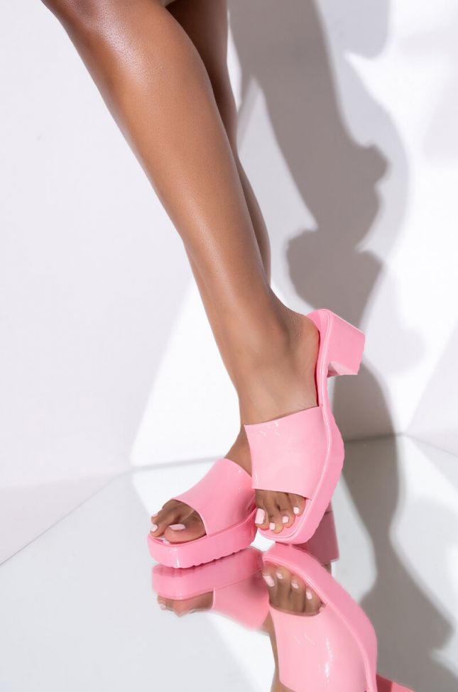 Front View Azalea Wang Im Movin To The City Chunky Sandal In Pink in Pink