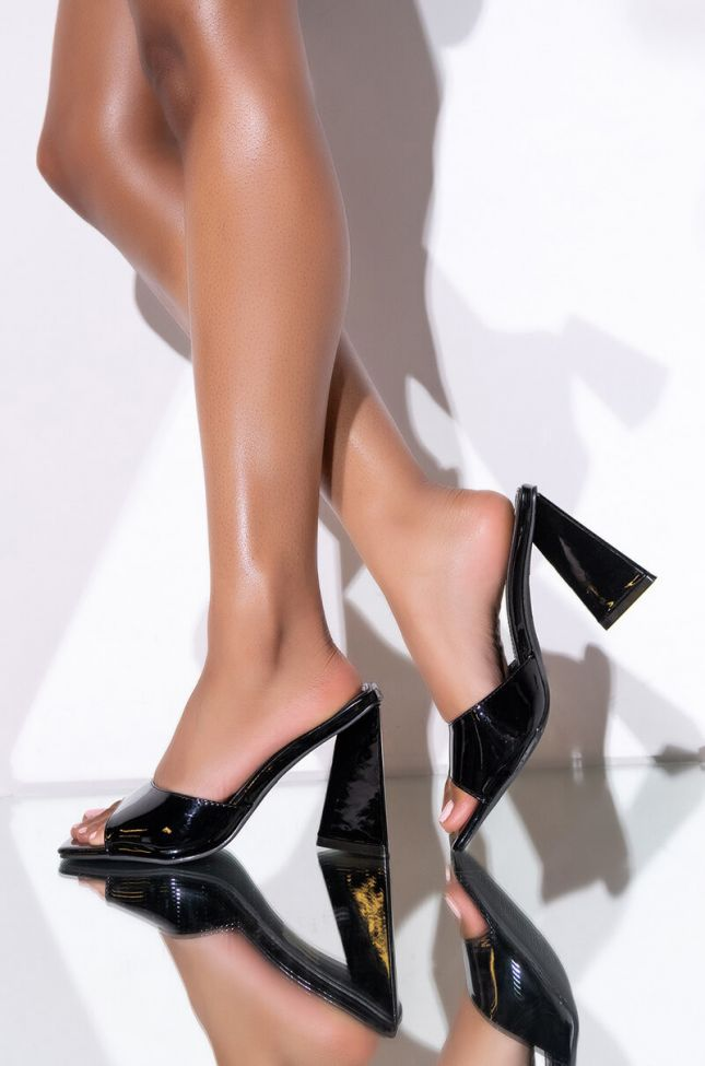 Front View Azalea Wang Work For It Chunky Sandal In Black in Black