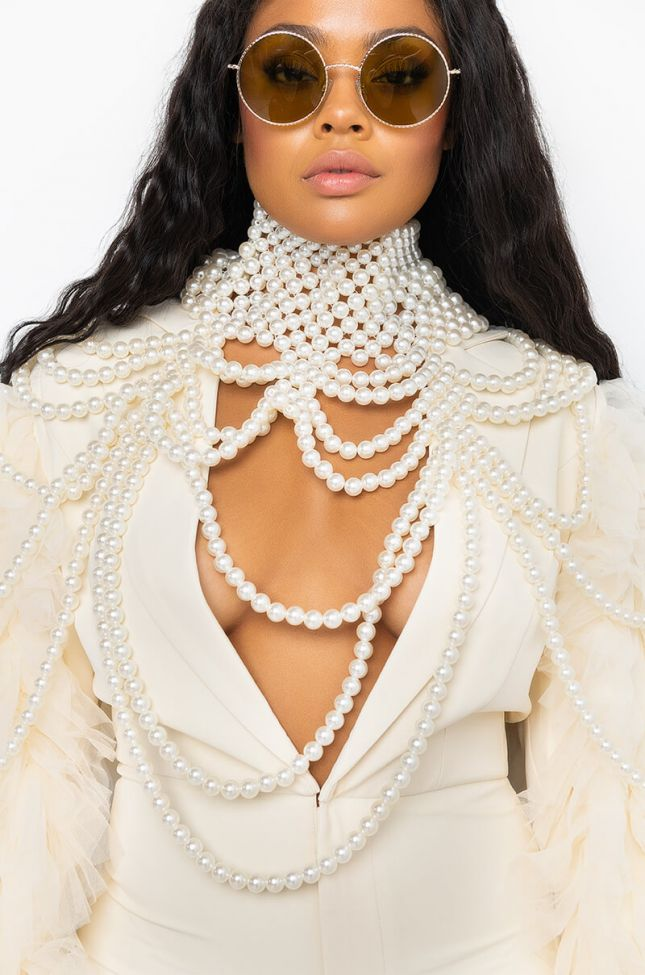 Side View Bridgerton Oversize Pearl Collar Necklace