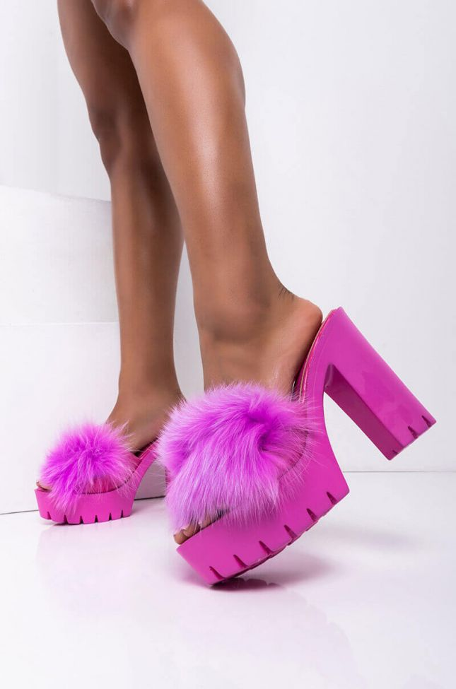 Front View Finessin Chunky Furry Sandal in Lilac