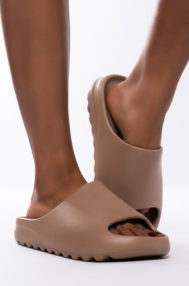 Side View My Type Flat Sandal in Brown