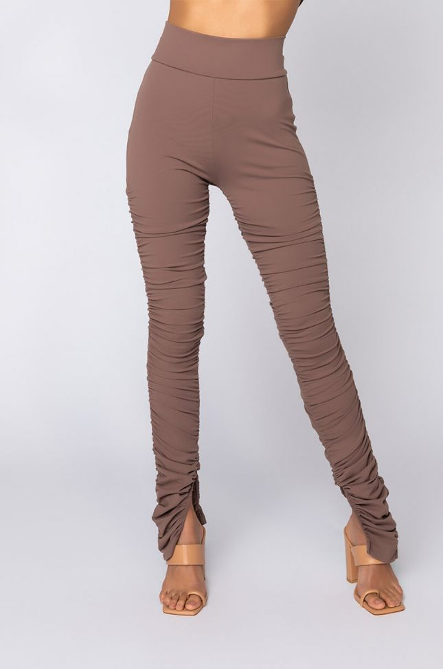Front View Snatched 2.0 Ruched Legging in Brown