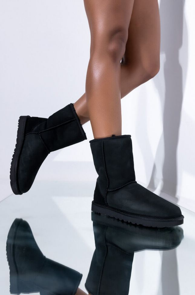 Front View Ugg Womens Classic Short Heritage Boots